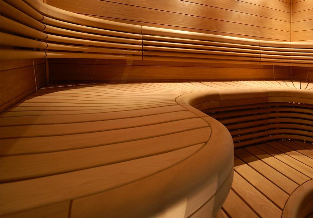 Sitsen görs aningen konkav vilket bidrar till en skönare sittställning och utseendet blir mjukare och mer möbelaktigt. Formen begränsar inte sittställningen och man kan även lägga sig på laven. Vi tillverkar Anni-laven även utan utformning.